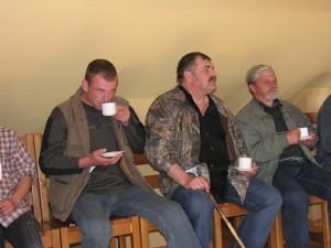 """Kārlis Millers, Valdis Roze un Guntis Graubics (komanda """"Trīs sivēntiņi"""") noslēguma pasākumā.  Foto P. Strautiņš"""
