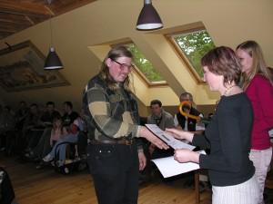 """I. Vilšķērste pasniedz balvu Viesturam Vintulim - vienam no komandas """"M-ērgļi"""", kas ieguva """"Draudzīgākās komandas"""" godu.  Foto: P. Strautiņš."""