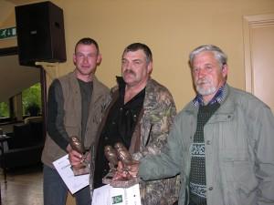 """Uzvarētāju komanda """"Trīs sivēntiņi"""" ar balvām.  Foto: P. Strautiņš."""