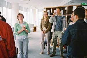 LOB direktore Ilze Vilšķērste (kreisajā pusē) sveic sacensību dalībniekus.  Foto: Valts Kampiņš